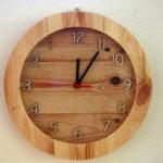 Orologio di legno con vetro e meccanismo antiorario