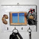 appendi chiavi bianco da parete con conchiglie e rete da pesca (l)