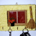appendi chiavi giallo da parete con vasetto e scopa (n)