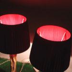 lampada con rametti e paralume in stoffa