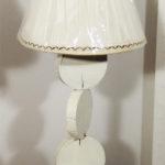 lampada da tavolo con fette di tronco