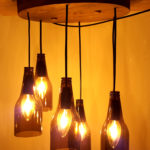 lampadario con bottiglie e plafoniera di legno