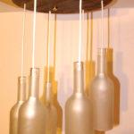 lampadario con bottiglie tagliate e bancali