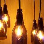 lampadario di legno con bottiglie tagliate