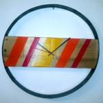 orologio colorato con doga di botte (a)