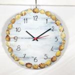 orologio da parete con conchiglie