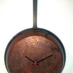 orologio da parete su padella di rame (a)
