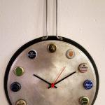 orologio da parete su pentola con tappi della birra (c)