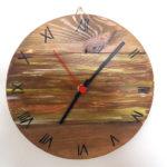 orologio di legno colorato marrone (b)