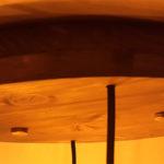 plafoniera in legno con bottiglie