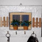 porta chiavi biancon con staccionata e fiori azzurri (i)