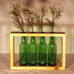 portafiori di legno con bottiglie