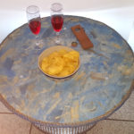 tavolino in legno e metallo con luce interna