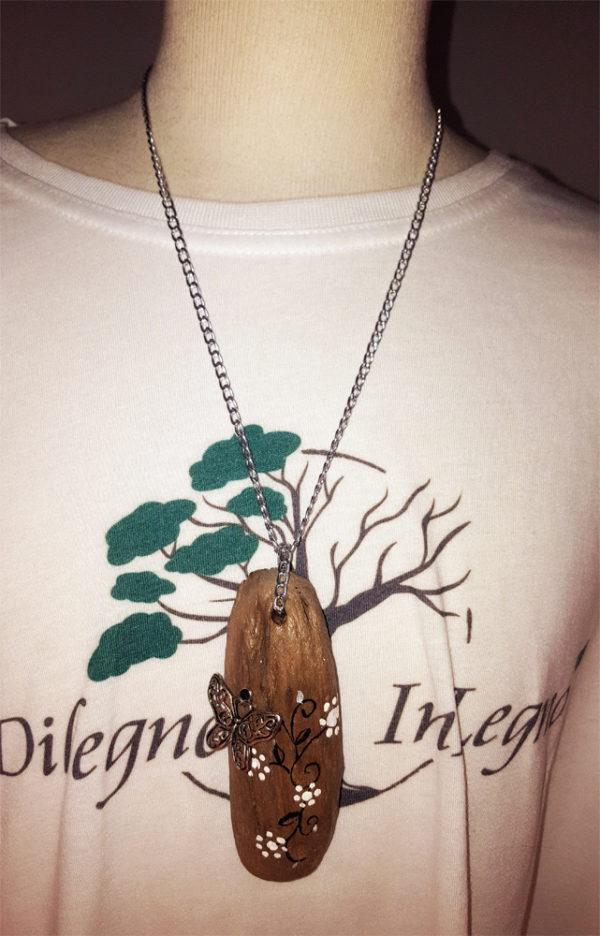 collana di legno con farfalla