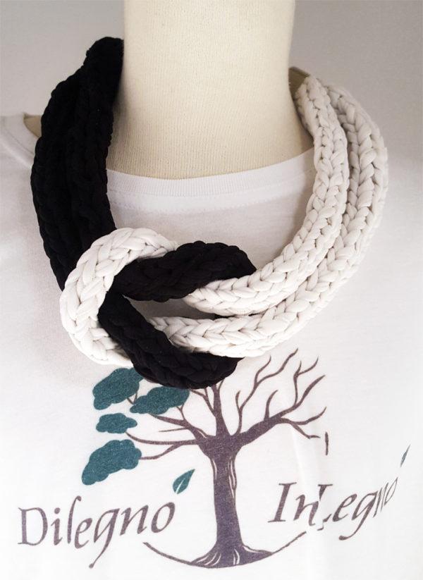 collana di stoffa bianca e nera